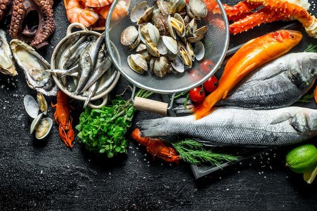 Variété de fruits de mer frais aux herbes et citron vert.