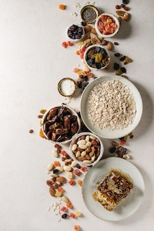Variété de fruits secs et noix