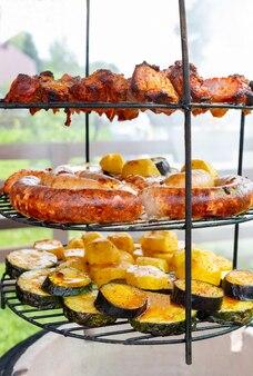 Variété de grillades de viande et de légumes en gros plan