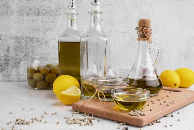 Variété d'huile d'olive et d'olives sur la table