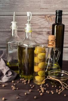 Variété d'huile d'olive sur la table