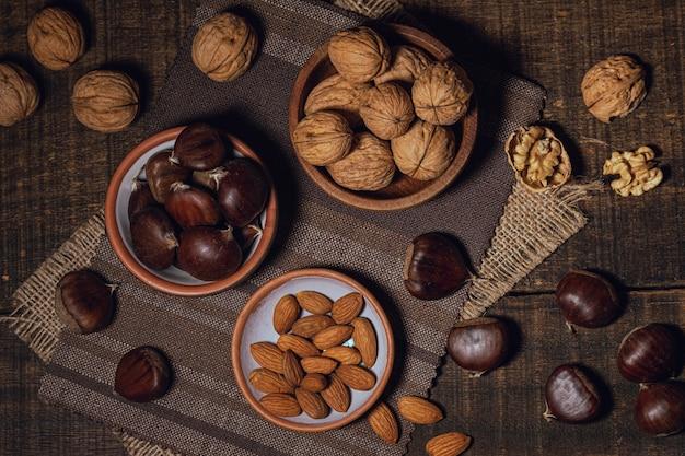 Variété d'ingrédients et noix mélangées