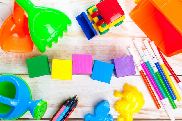 Variété de jouets et d'objets d'enfance