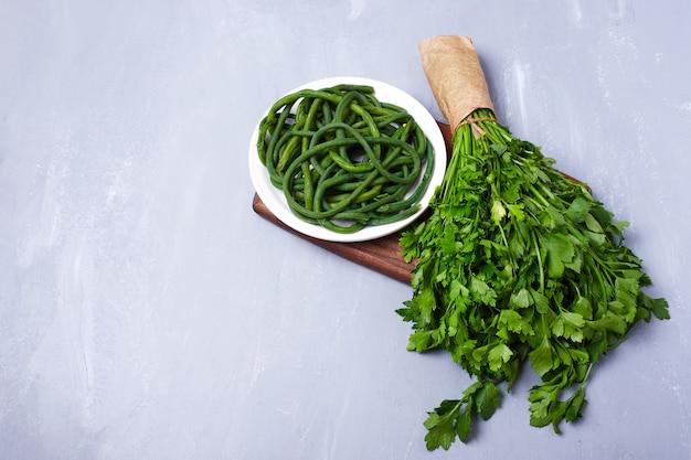 Variété de légumes sur bleu