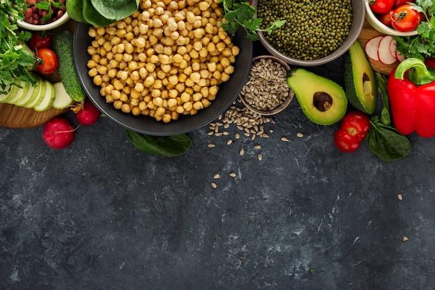 Variété de légumes crus, céréales, vue de dessus, espace de copie ingrédients cuisine végétarienne