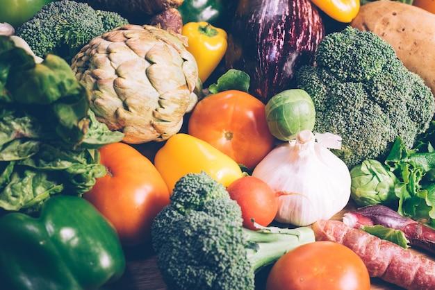 Variété de légumes frais pour régime de désintoxication.