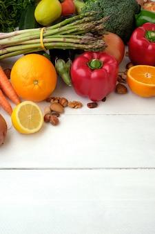 Variété de légumes frais sur table en bois avec fond
