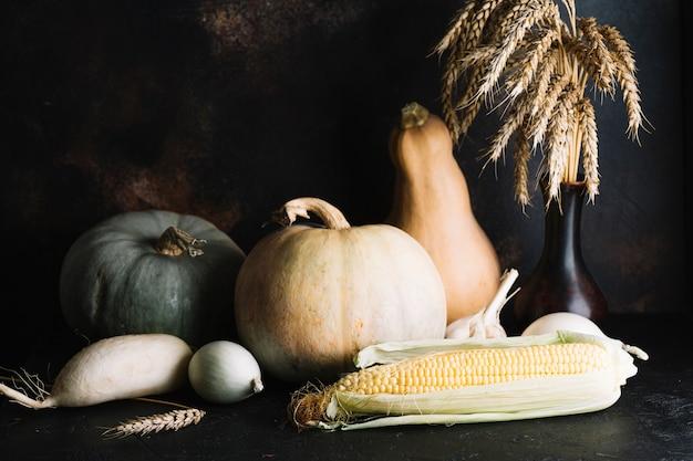 Variété de légumes savoureux sur fond en bois