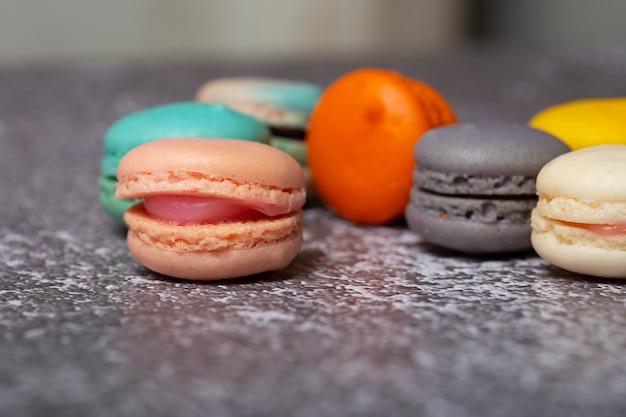 Une variété de macarons aux couleurs pastel