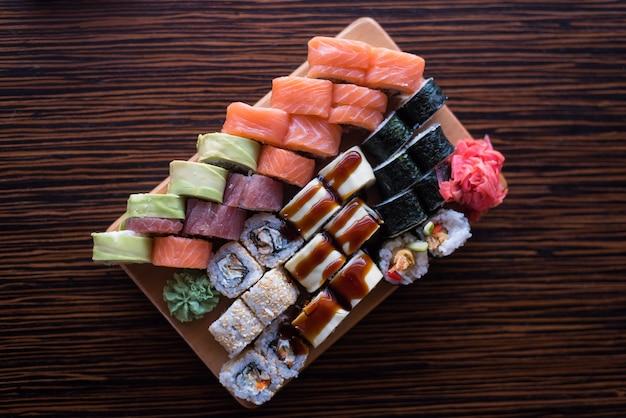 Variété de makis et petits pains. rouleaux de cuisine japonaise. nourriture asiatique. ensemble de sushis.