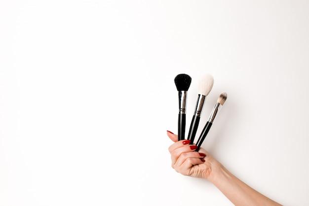 Une variété d'objets de salon et de maquillage sur un blanc isolé