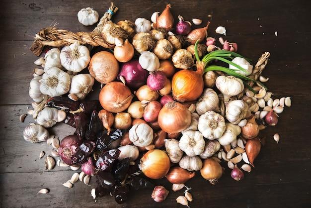 Variété d'oignons et piment séché