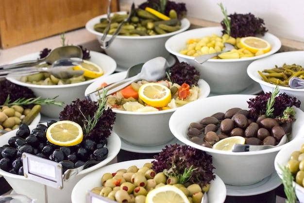 Variété d'olives sur le buffet à l'hôtel