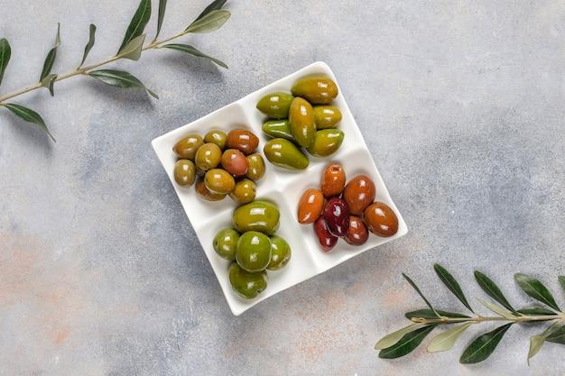 Variété D'olives Entières Vertes Et Noires. Photo gratuit