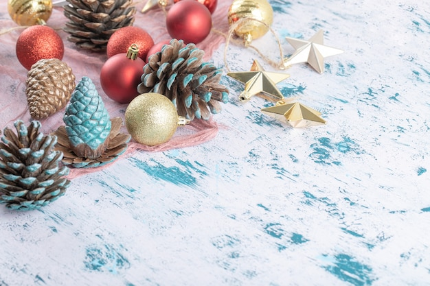 Variété d'ornements d'arbre de noël sur un morceau de toile de jute sur le bleu texturé