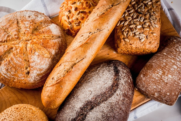 Variété de pain frais fait maison, copyspace en marbre blanc vue de dessus