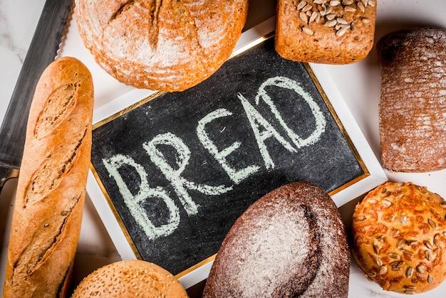 Variété de pain frais fait maison fond de marbre blanc