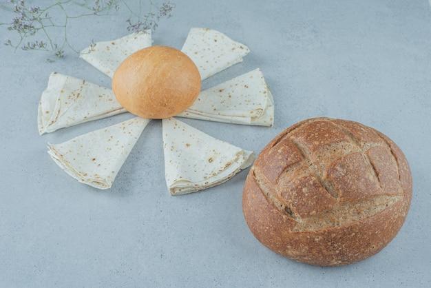 Variété de pain sur la surface de la pierre