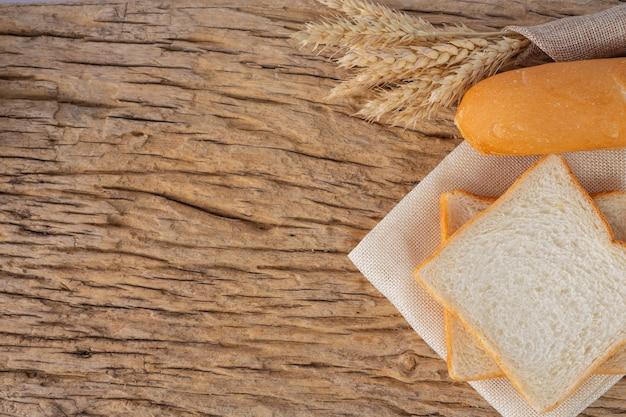 Variété de pain sur une table en bois sur un fond en bois ancien.