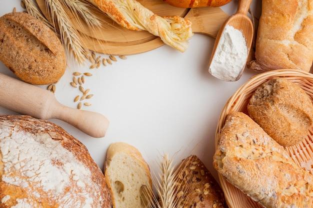 Variété de pâtisserie et rouleau à pâtisserie