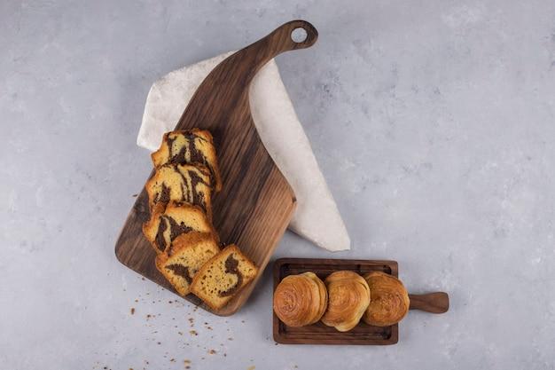 Variété de pâtisseries et petits pains sur une planche de bois