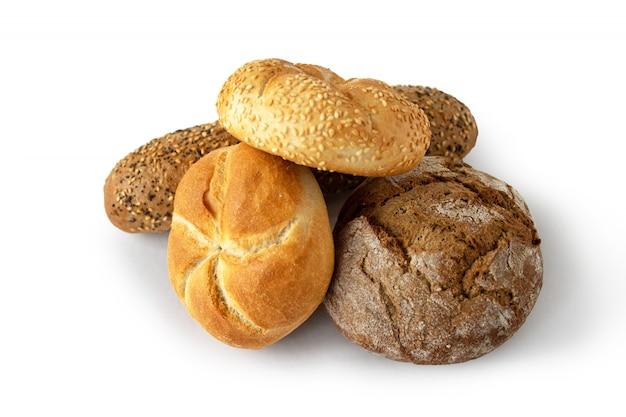 Variété de petits pains kaiser et baguette isolé sur fond blanc