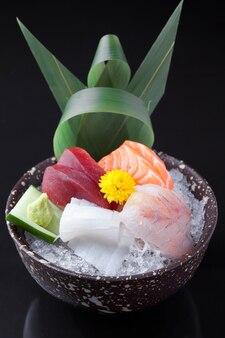 Variété de poisson cru dans un bol en céramique