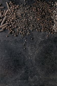 Variété de poivrons noirs