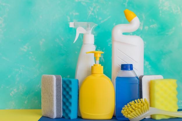 Variété de produits d'entretien ménager colorés. concept de nettoyage et de nettoyage de printemps.