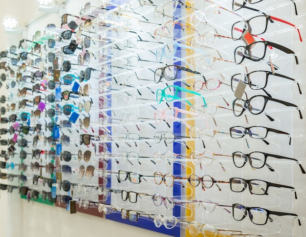 Une variété de produits médicaux et de lunettes de soleil sur le stand du magasin