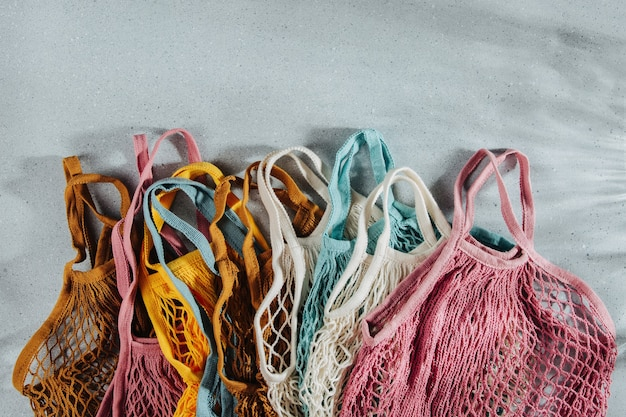 Une variété de sacs à provisions réutilisables colorés. concept zéro déchet. pas de plastique. sacs en filet écologiques.