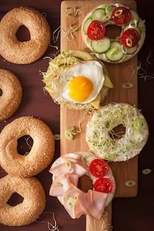 Variété de sandwichs sur bagels aux œufs et légumes