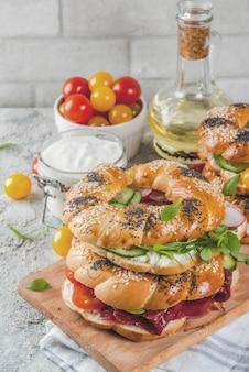 Variété de sandwichs bagels faits maison avec de la viande et des légumes