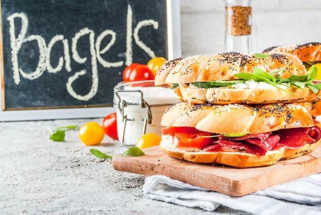 Variété de sandwichs bagels faits maison