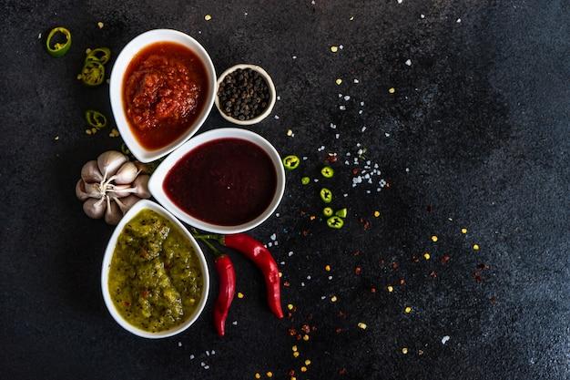 Variété de sauces satsebeli géorgiennes traditionnelles