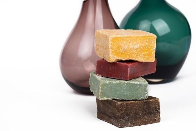 Variété de savon coloré à la main sur un espace de copie de fond blanc