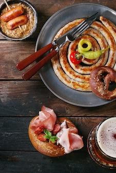 Variété de snacks à base de viande dans des bretzels