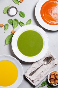 Variété de soupes à la crème, vue de dessus