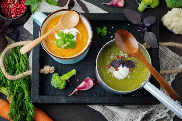 Variété de soupes végétariennes crème de carotte et chou brocoli