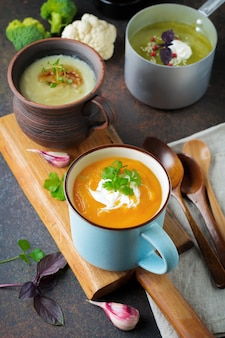 Variété de soupes végétariennes crème de carottes, brocoli et chou-fleur