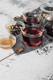 Variété de tasses à thé et d'herbes vue haute