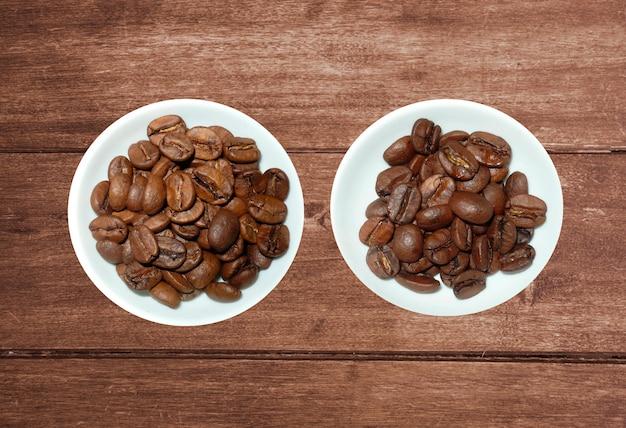 Variété de thé dans les brins et les grains de café sur fond en bois rustique