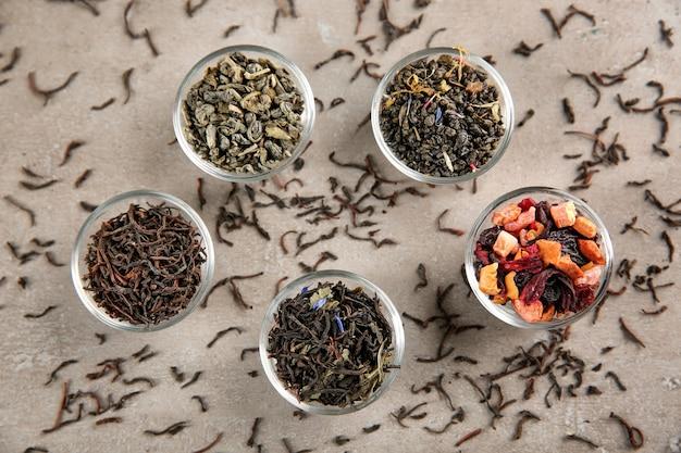 Variété de thé sec dans des bols