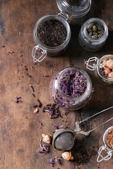 Variété de thé sec avec théière