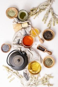 Variété de thé vert, noir et matcha