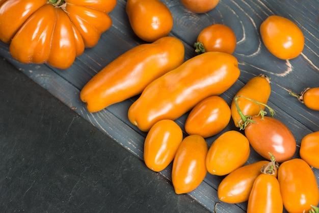 Variété de tomates colorées fraîches