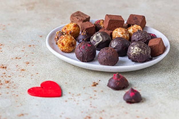 Variété de truffes et bonbons au chocolat maison