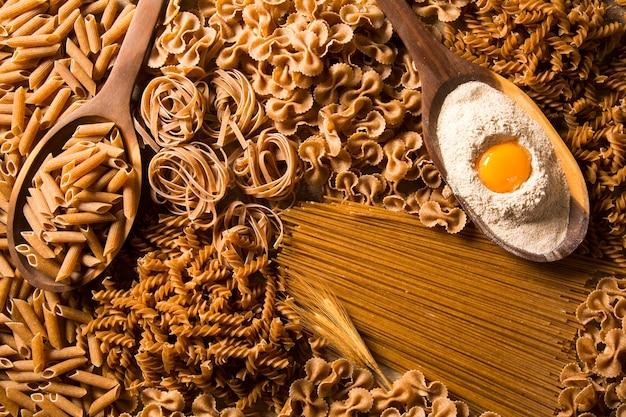Variété de types et de formes de pâtes intégrales italiennes sèches et d'ingrédients