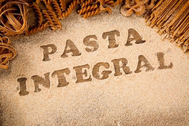 Variété de types et de formes de pâtes intégrales italiennes sèches