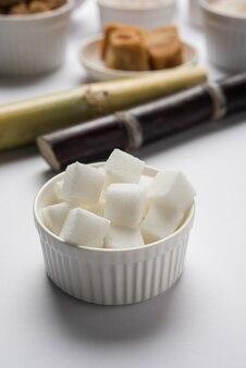 Variétés indiennes de sucre - sous-produits de canne à sucre ou de ganna servis dans un bol. mise au point sélective